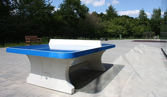 Table ping pong angles arrondis exterieur beton bleue - Table de ping pong exterieur en beton ...